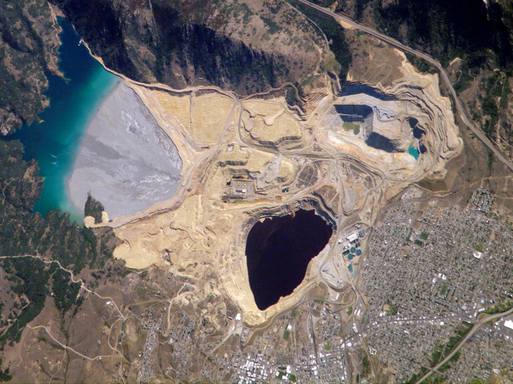 Berkeley Pit Butte, Montana.jpg More details Berkeley Pit and Yankee Doodle tailings pond: Butte, Montana。圖片來源:wiki。