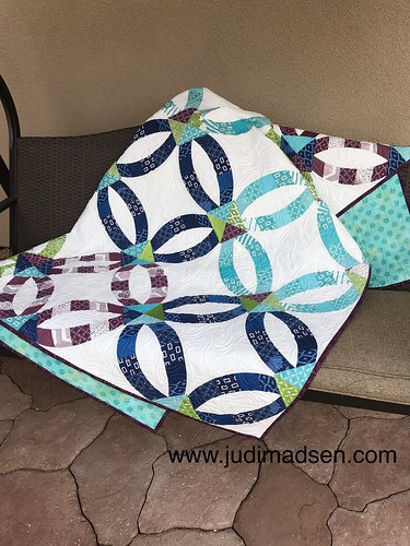 Sew Kind of Wonderful Metro Rings pieced and quilted by Judi Madsen using the Axel by Keryn Emmerson edge to edge quilting pattern. | by gfquilts