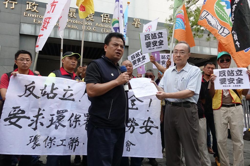 環保工聯及各地環保局工會到環保署抗議,要求保障清潔隊員的工作安全。(攝影:張智琦)