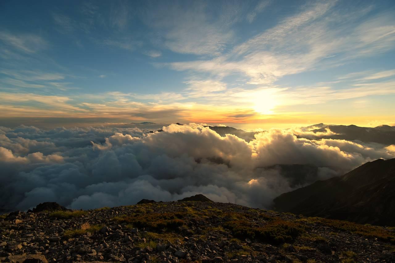 南岳山頂からの夕陽と雲海