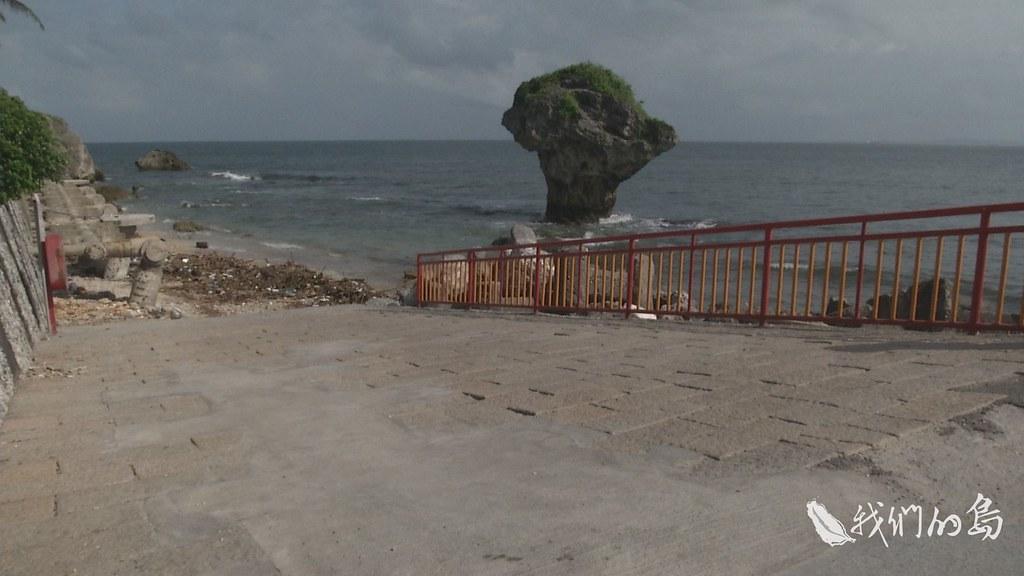 965-1-06s花瓶岩景點是小琉球觀光產業的大門,今天沙灘上卻布滿漂流木、保麗龍還有各式垃圾。