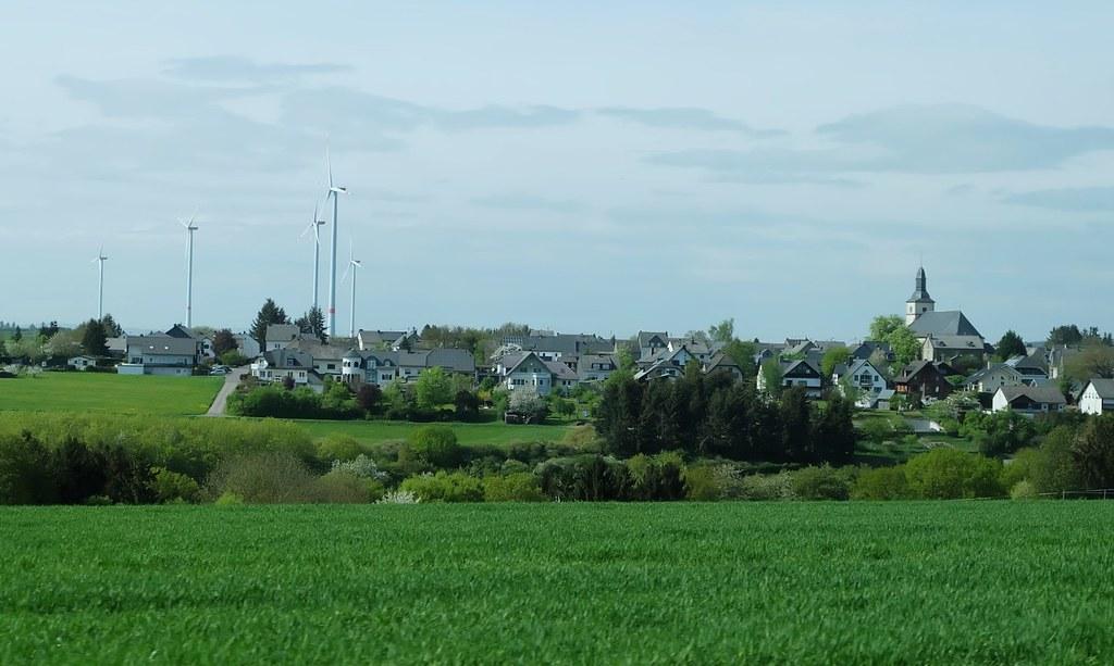 德國萊茵-洪斯呂克縣的風機已經成為鄉村與小鎮風景的一部分。攝影:陳文姿