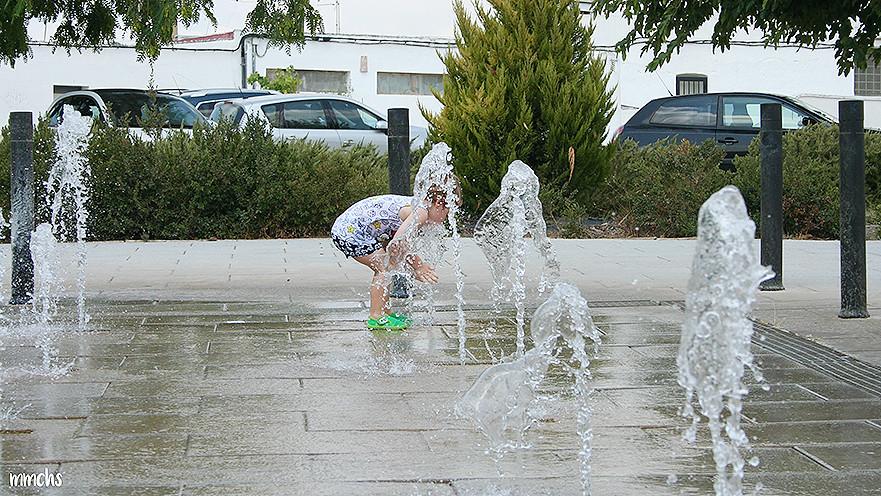 niño jugando en la ciudad en verano en las fuentes