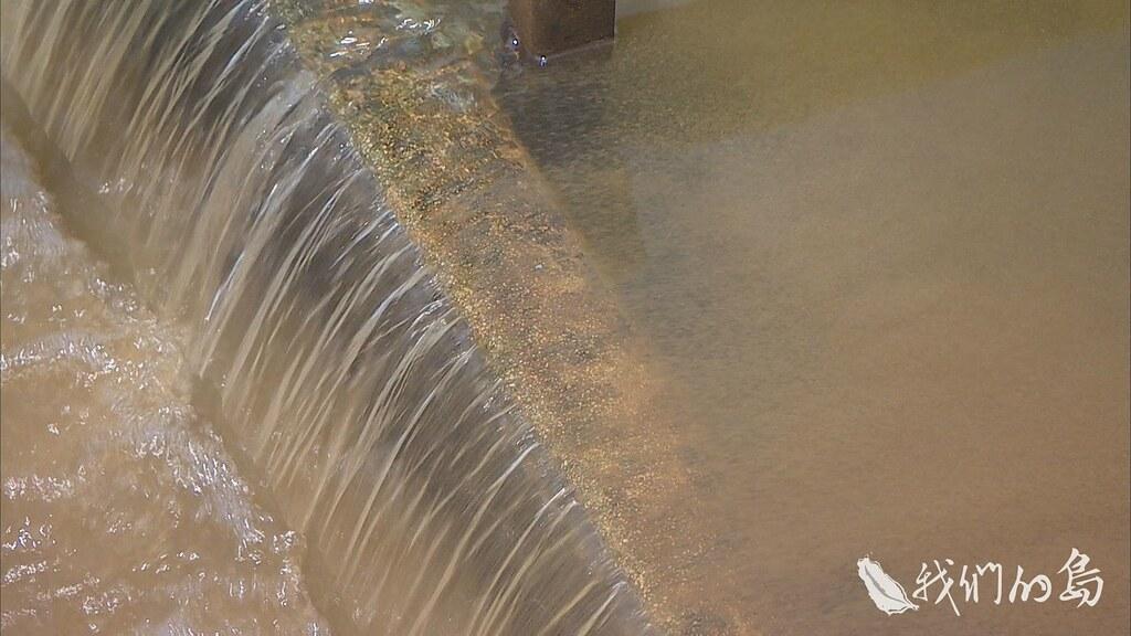 964-1-06s溪水最終還是要進入自來水廠,為了將原水處理成合格的自來水,若上游的污染若不管控,會造成自來水處理成本的增加與困擾。