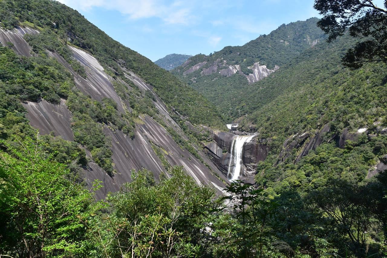 千尋滝と花崗岩の大岩壁