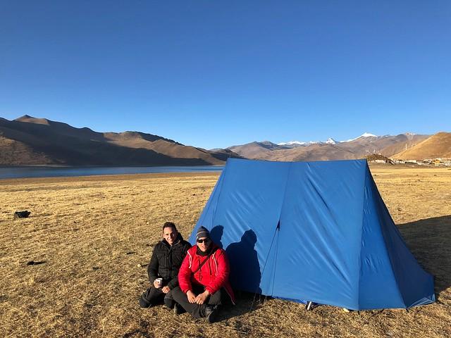 Sele e Isaac acampando en el Lago Yamdrok (Tíbet)