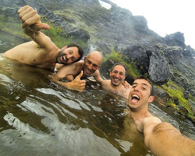 En una laguna termal en Landmannalaugar, en Islandia