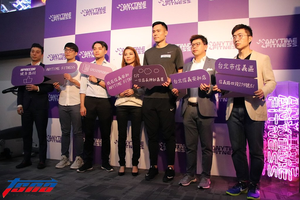 張宗憲(右3)擔任一日店長。(林志儒/攝)