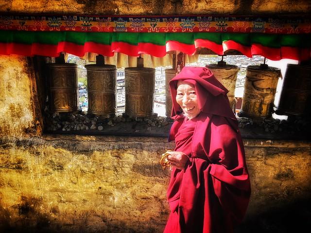 Monje budista haciendo la kora alrededor del monasterio Tashilhunpo en Shigatse (Tíbet)