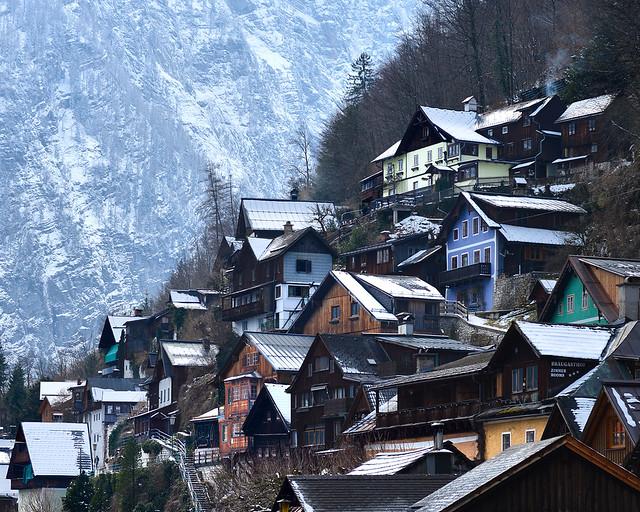 Tejados nevados en el pueblo de Hallstatt