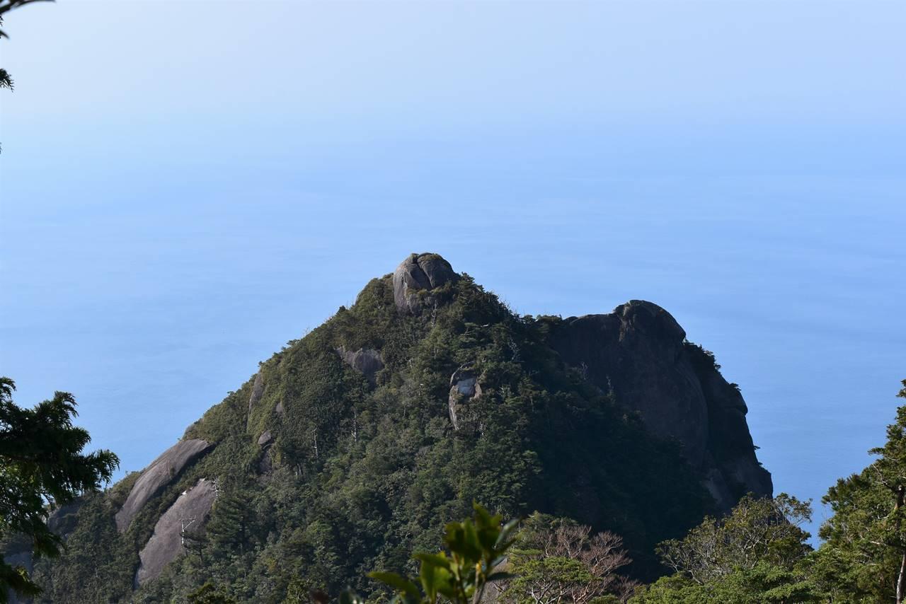モッチョム岳山頂の巨岩