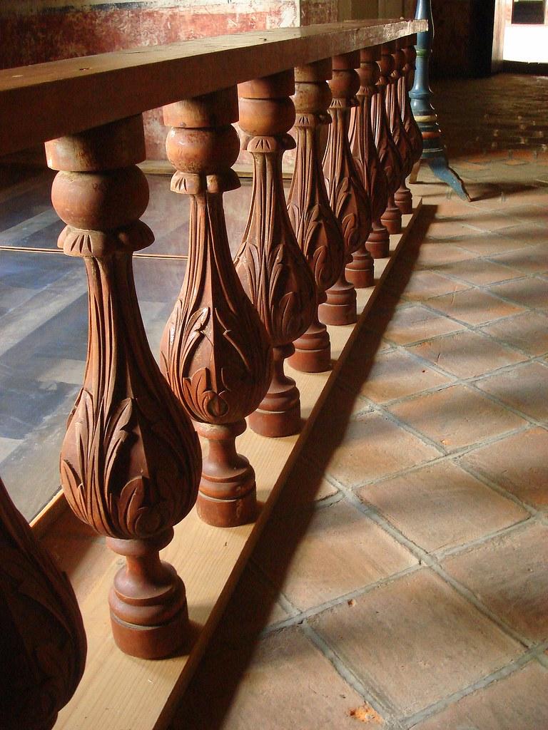 Barandal parte de un barandal tallado en madera en el for Colores de granito para escaleras