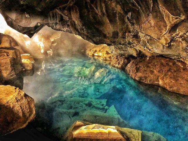 Cueva Grjotagja (Juego de Tronos en el norte de Islandia)