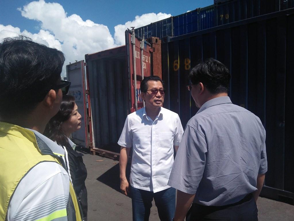 1070515新聞相片-李應元署長視察龍尖碼頭垃圾船運情形
