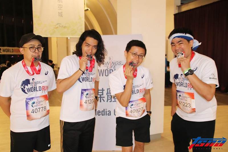 網路創作者呱吉(右2)以及其團體「上班不要看」。(林志儒/攝)