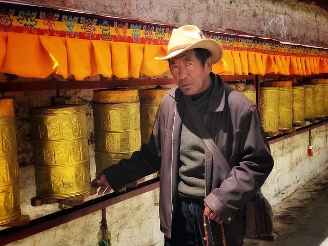 Tibetano haciendo un kora alrededor del Palacio de Potala de Lhasa (Tíbet)