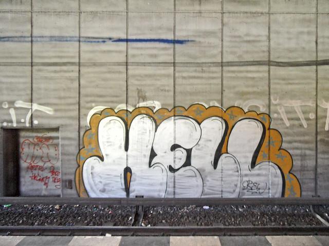 """Graffiti mit dem Schriftzug """"HELL"""" auf einer Betonwand"""