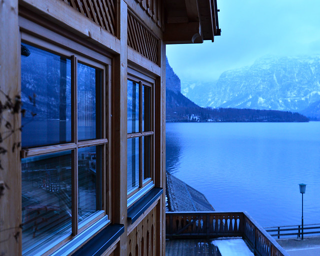 Ventana de madera al atardecer en el lago de Hallstatt