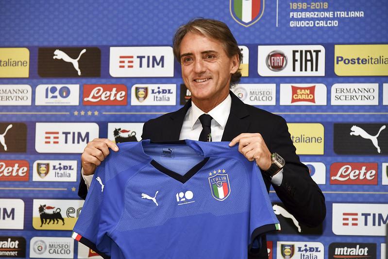 義大利新任總教練Roberto Mancini在於國訓中心舉行的記者會上拿著義大利國家隊球衣。(AFP授權)