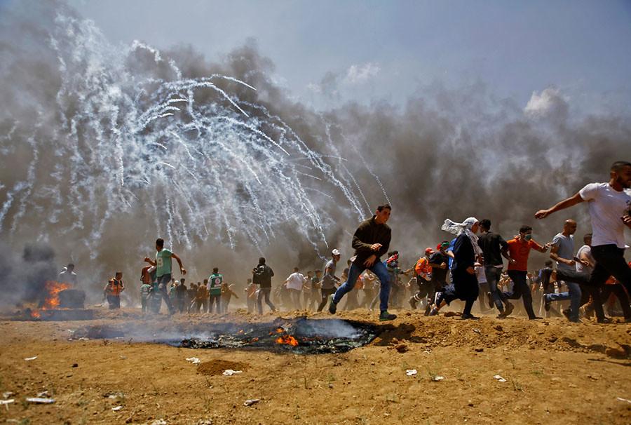 5月14日,美國駐以色列大使館從特拉維夫搬遷到耶路撒冷,巴勒斯坦人在加薩邊境抗議,遭以色列軍方發射催淚瓦斯和實彈鎮壓,造成60多人死亡、2千多人受傷。(攝影:Mohammed Abed/AFP/Getty)