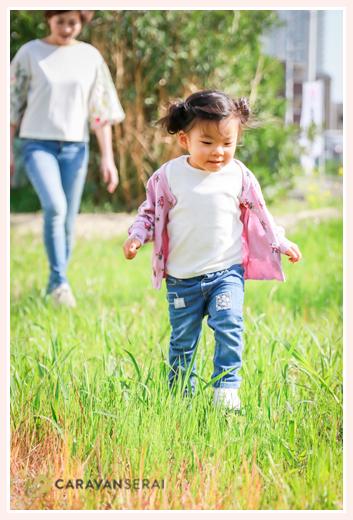 草むらを楽しそうに歩く女の子