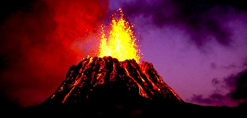 На Гавайских островах мощнейшие потоки лавы.