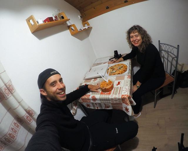 Cenando en nuestra cabaña un plato de pasta y pizza marinera