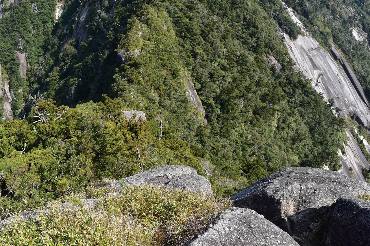 断崖絶壁のモッチョム岳山頂