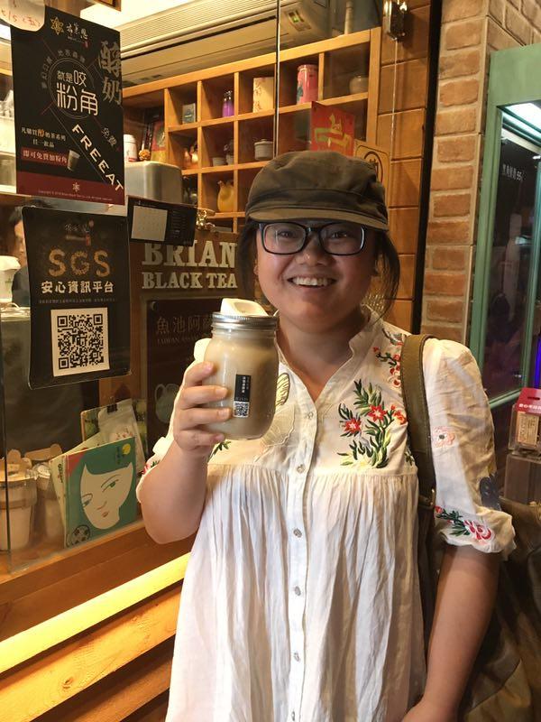 聽完好盒器的分享後,馬上在正興街體驗買飲料選擇「容器間的Ubike」——好盒器環保杯。攝影:毛達。