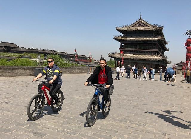 Sele e Isaac pedaleando en la muralla de Xian (China)