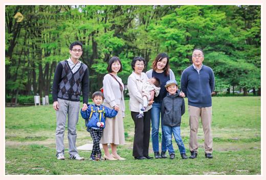 出張カメラマンが撮る名城公園で男の子兄弟の誕生日を祝う家族写真(名古屋市北区) ポーズを作らず自然