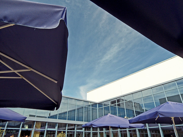 Blick durch blaue Sonnenschirme auf blauen Himmel