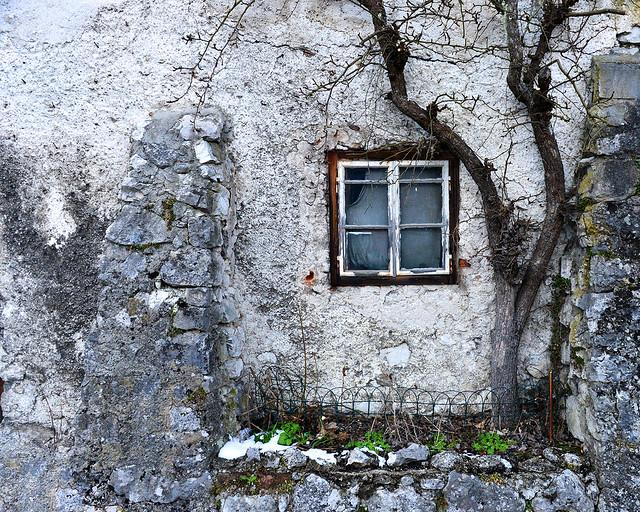 Pared antigua con una ventanita en una casa de Hallstatt