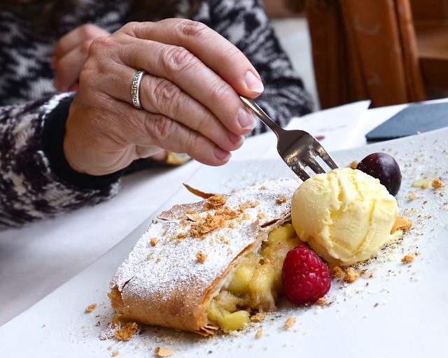 Un delicioso applestrudel con helado de vainilla y frutos rojos