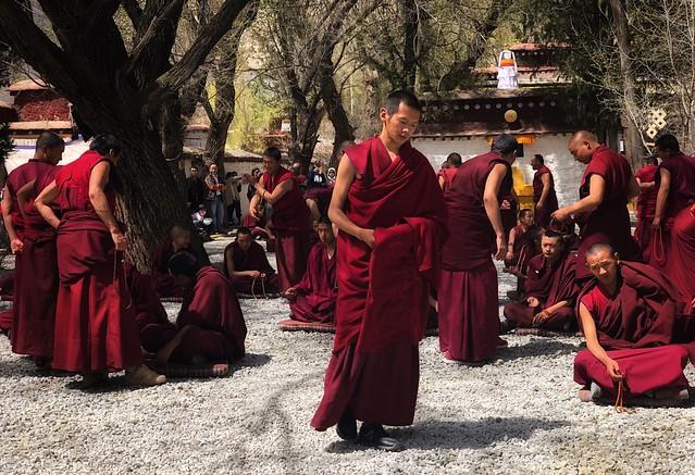 Debate de monjes en el monasterio Sera de Lhasa (Tíbet)