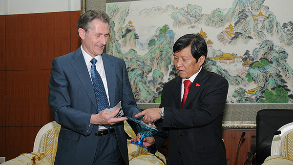 Professor Kevin Edge (left) presented a Bath aqua glass gift to President of HIT, Professor Wang Shuguo
