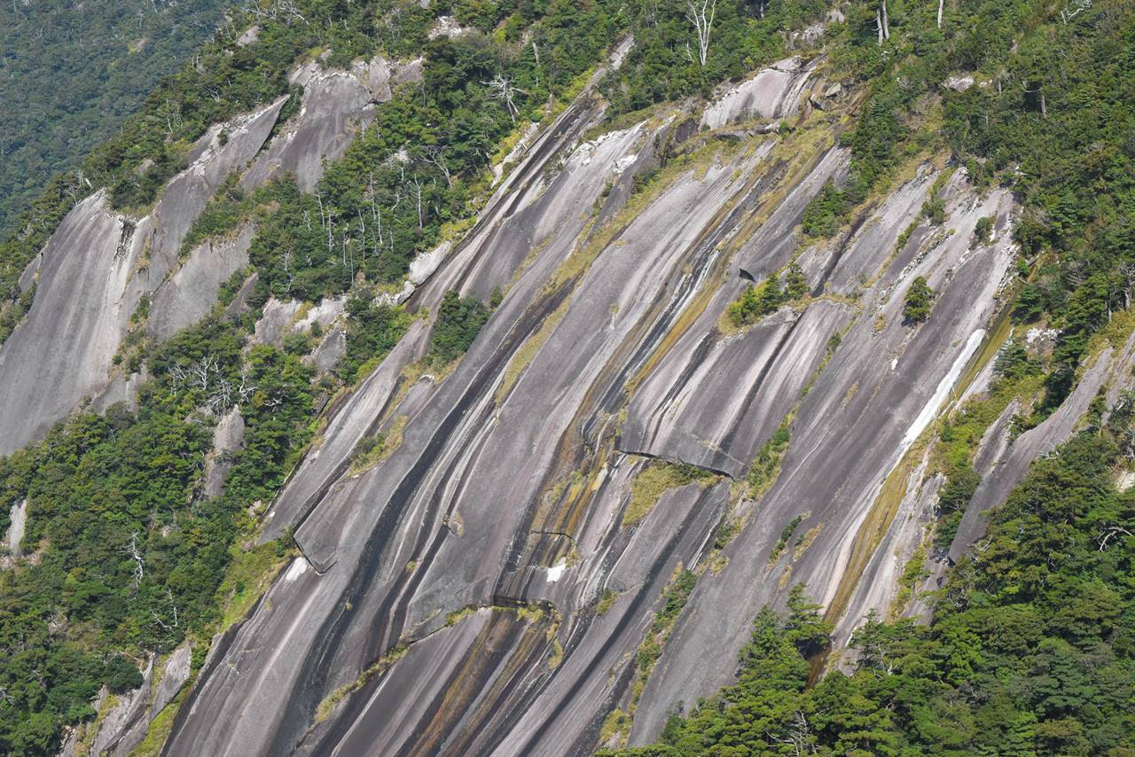 モッチョム岳・花崗岩の大岩壁