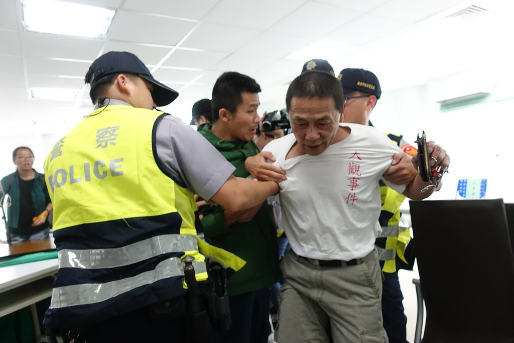 居民戚本忠被警方推擠拉扯而受傷。(攝影:張智琦)