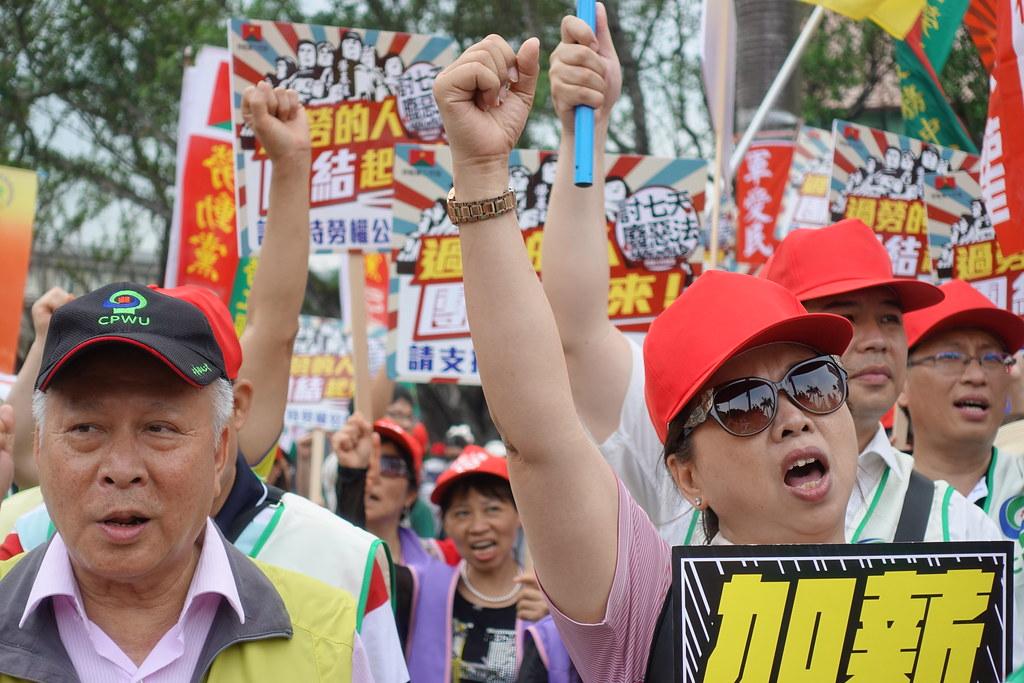 本屆五一遊行的主訴求之一是「爭取加薪」。(攝影:張智琦)