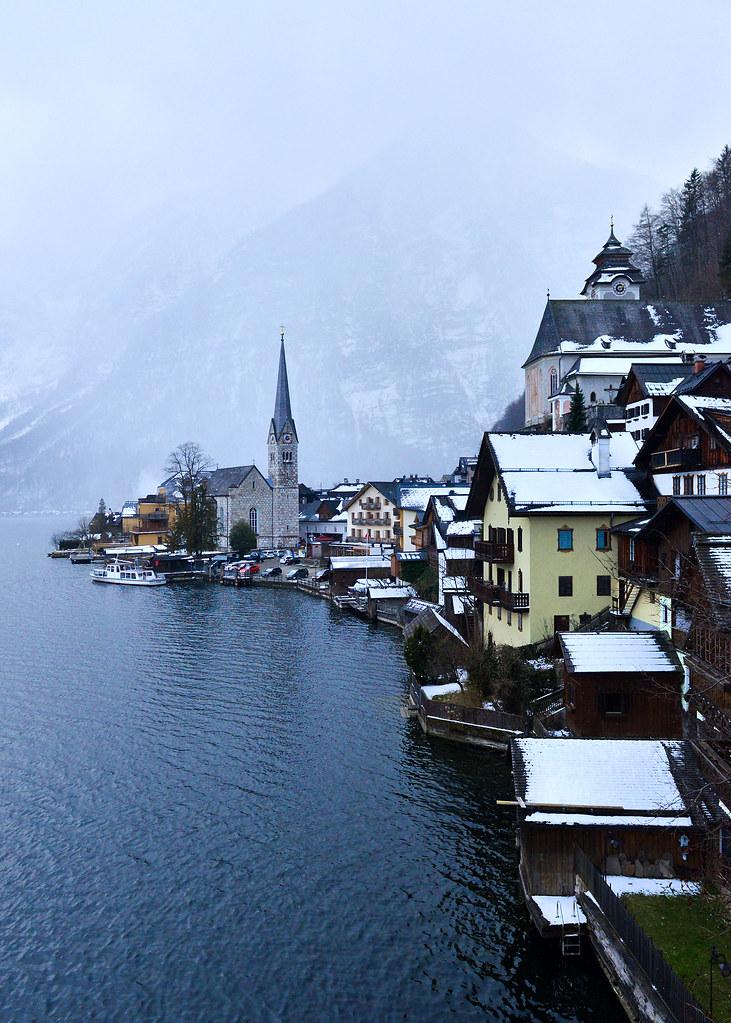 Impresionante nevada en invierno sobre Hallstatt, en Austria