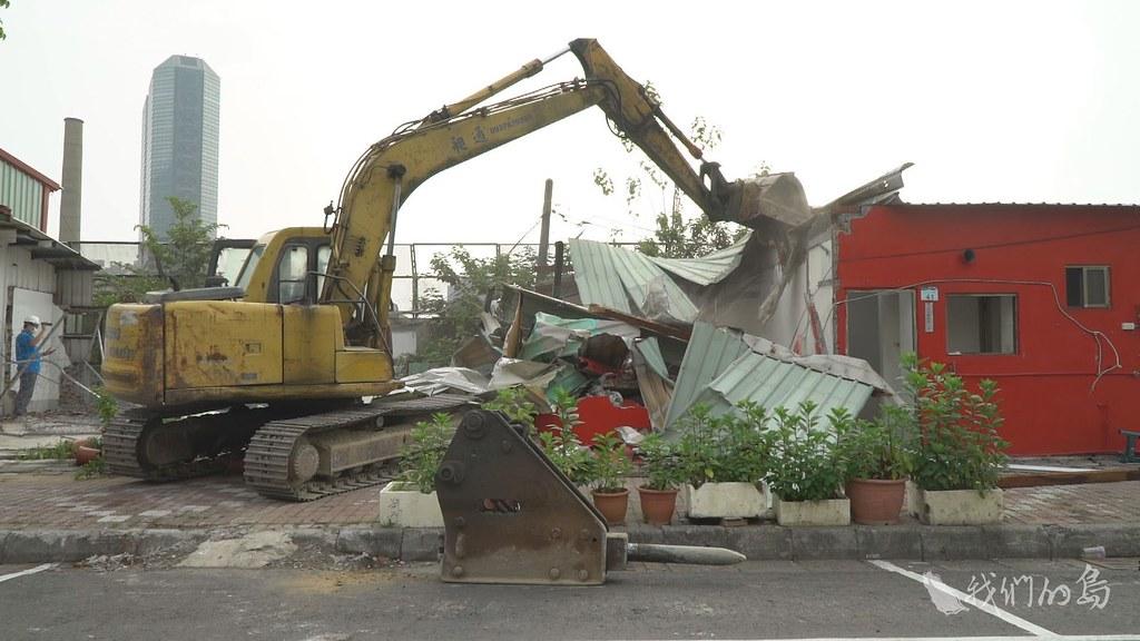 955-2-1怪手剷倒一棟棟民宅,高雄拉瓦克部落因為占用國有地,面臨政府強拆。畫面提供:陳庭旭。