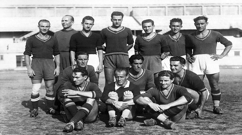 Catania 1940-41: in piedi da sinistra Greco, l'allenatore Guzsik, Perrone, la riserva Raner, Servello, Di Bella, Peternel; accosciati Rotta, Nuvoloni, Bettini; seduti Stivanello, Sernagiotto e Nebbia.