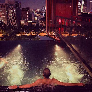 Singapore city lights 😍🙏🙈 #singapore #parkroyalpickering #parkroyal #jacuzzi #skyline #chill #metime #solotravel #beautufulplaces #MAKEITCOUNT | by pedro.custodio