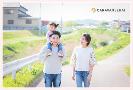 川沿いを散策する親子 パパが娘を肩車