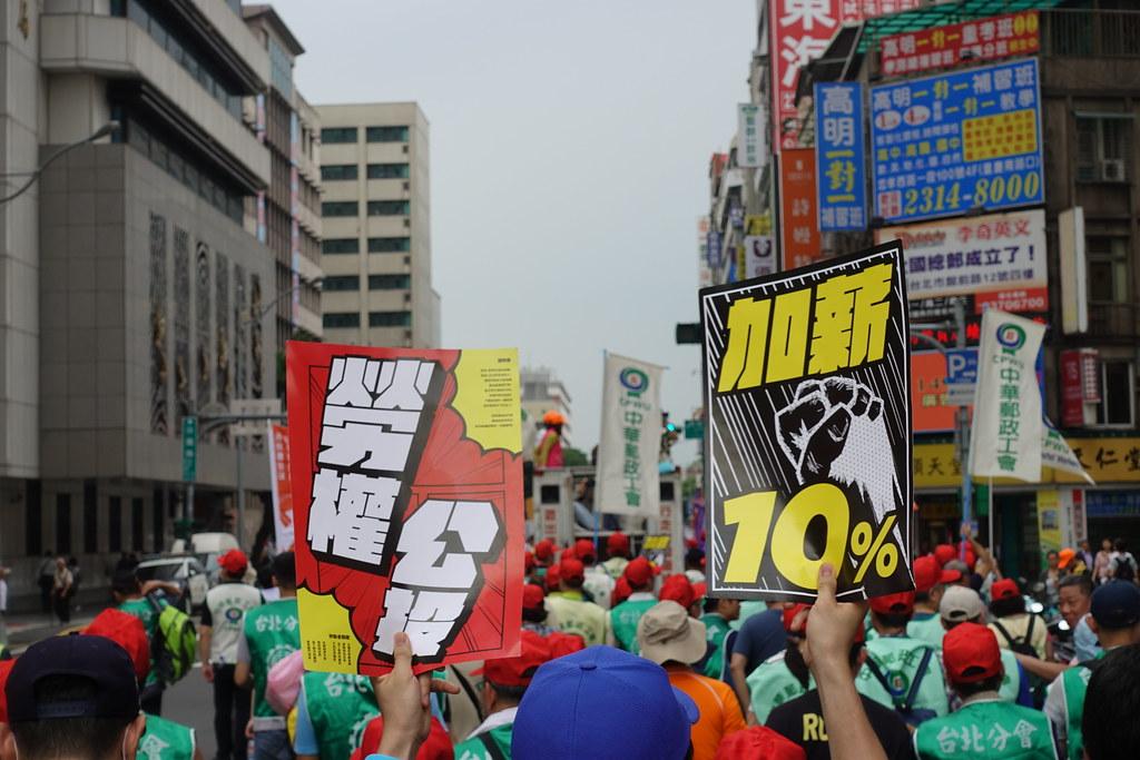 這個月初的五一遊行,勞團喊出「基本工資一次漲足28,000元,各業工人爭取每年加薪10%」的訴求。(攝影:張智琦)