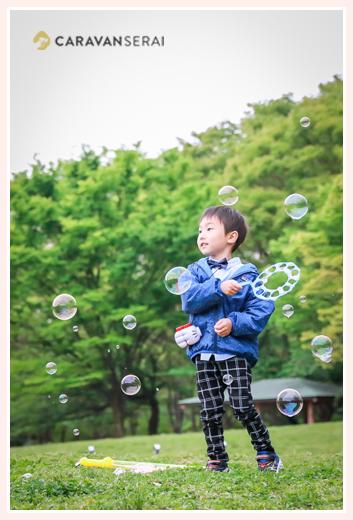 公園でシャボン玉をする男の子