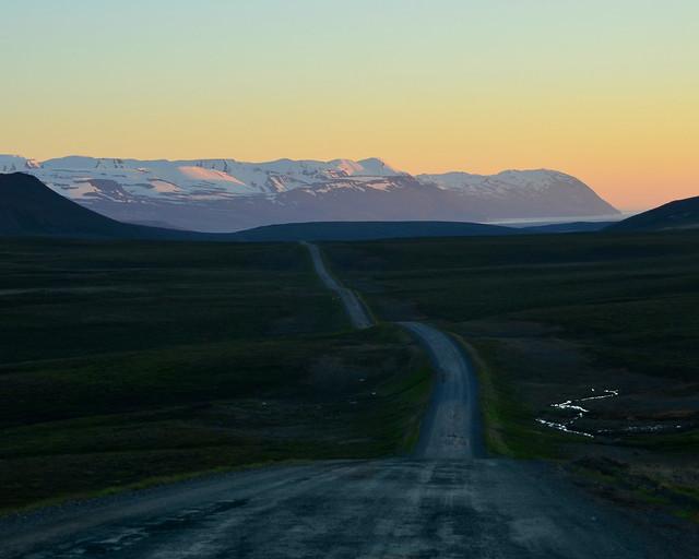 Carreteras de grava bajo el sol de media noche en Islandia