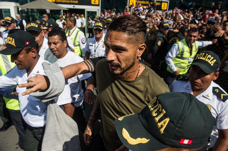 秘魯國家隊隊長Paolo Guerrero在運動仲裁庭將禁賽從6個月延長至14個月後,於16日返抵利馬。(AFP授權)