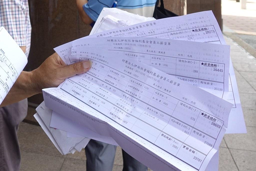 司機陳風男出示薪資單,顯示低薪是常態。(攝影:張智琦)