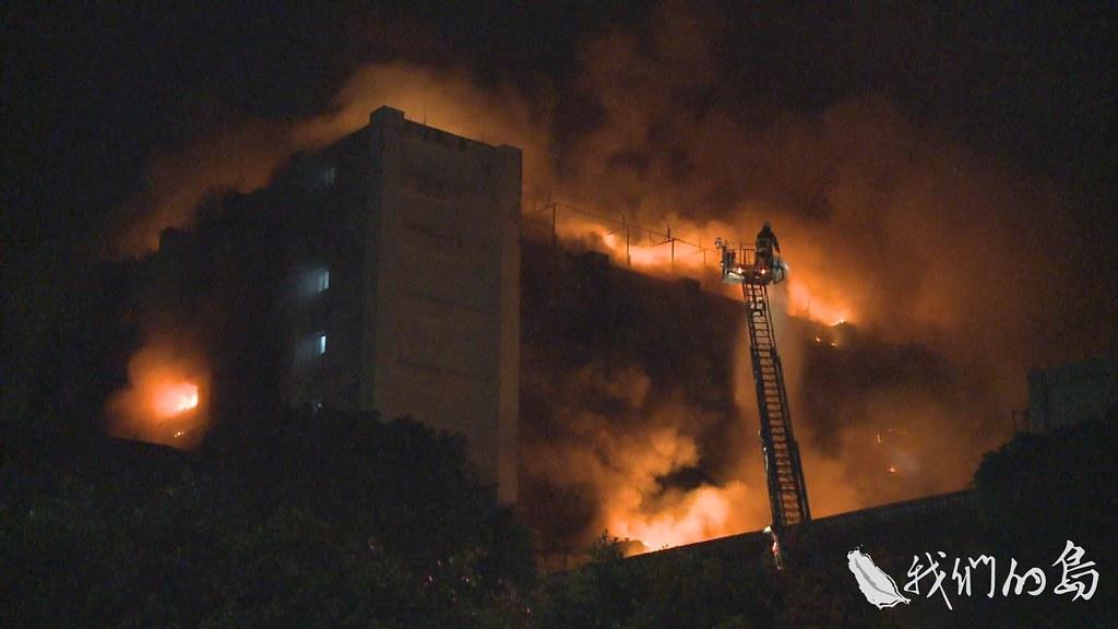 953-1-10SS4月28日晚間9點26分,熊熊烈火,從敬鵬公司平鎮三廠五樓竄出。